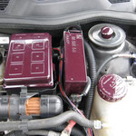 Lackierte Sicherungsbehälter im Motorraum