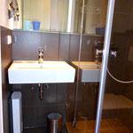 Waschplatz mit Vergrößerungsspiegel