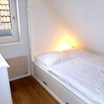 eingebautes Bett (Alkoven) 140 x 200 cm Matratzenmaß, Bettlänge größer, mit Stauraum