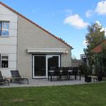 Garten in Südwestlage, große Terrasse mit elektrischer Markise,  Tisch 240x100 cm