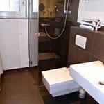 Bad mit bodengleicher Dusche, WC und Fenster