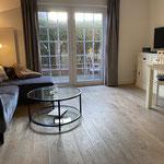 Wohn-/ Esszimmer mit Terrassenzugang und Küchenzeile
