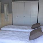 Schlafzimmer EG aus anderer Perspektive, großer Kleiderschrank