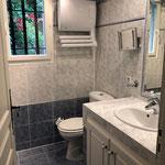 Bad en suite zu Zimmer 5 mit Handtuchheizlüfter und Kosmetikspiegel (in allen Bädern vorhanden)