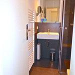 innenliegendes Badezimmer mit Vergrößerungsspiegel und Handtuchheizkörper