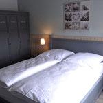 Schlafzimmer im Obergeschoss aus anderer Perspektive, hier der Kleiderschrank