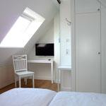 LED-TV und Konsolentisch im Dachgeschoss