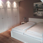 Schlafzimmer im Obergeschoss mit großem Einbauschrank