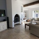 Wohnzimmer mit Kamin und TV, Klimagerät nach Bedarf einsetzbar