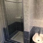 Dusche und Bidet zu Zimmer 5