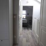Situation im Obergeschoss bei geschlossenem Treppenschutzrollo, Bad befindet sich zwischen den Schlafräumen