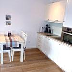 Küche (mit Spülmaschine) und Essplatz