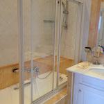 andere Seite des Badezimmers mit Dusche in der Wanne (einzige Badewanne im Haus)