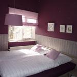 Petite chambre à l'étage, kleines Schlafzimmer im Obergeschoss, couleur ronce