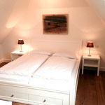 Schlafzimmer im Dachgeschoss (auch mit TV)