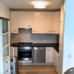 Küche mit Gasherd, Backofen, Mikrowelle, Kühlschrank, Gefrierfach, Ausstattung siehe Text