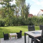 der Garten ist rundherum eingezäunt und mit einer Hecke als Sichtschutz bepflanzt