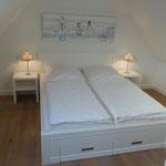 Schlafzimmer im Dachgeschoss, TV und Kleiderschrank vorhanden