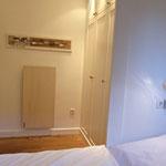 Blick vom Bett zum Einbauschrank im Schlafzimmer, hochwertige Einbauten