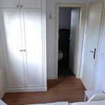 """Kleiderschrank im Schlafzimmer und """"Bad en suite"""": Zugang zum Bad"""