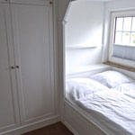 helles, freundliches Schlafzimmer mit Alkovenbett, Bettgröße 140 x 200 cm (Matratze)