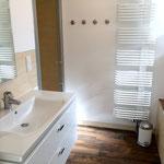 Badezimmer im Erdgeschoss mit Dusche und Wanne