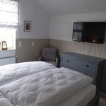 """Schlafzimmer im Obergeschoss mit Fernseher 40"""""""
