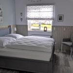 Schlafzimmer im Obergeschoss, hohe Matratze mit 6 cm Toppermatratze, elektrische Rollladensteuerung