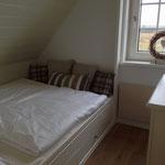 Alkovenbett im Obergeschoss (Kissen liegen auf einer Ablage, Stauraum ist darunter)