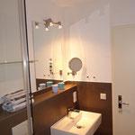 Waschbereich im Badezimmer mit Vergrößerungsspiegel