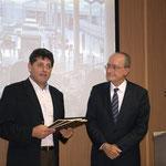 Thierry remet la brochure Aéropostale au maire de Malaga