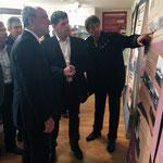 Le maire visite l'exposition