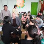 Familienarbeit in der Schule mit Schuleiter, Lehrerinnen und Studentinnen