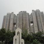 Noch immer wird der Feng-Shui Priester bei der Errichtung moderner Hochhäuser gefragt, wie die Lage sein soll und wo sich die Öffnungen für Geister und Drachen zu befinden hätten