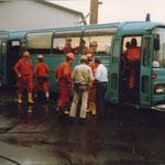Grubenwehr vor dem Rettungsbus