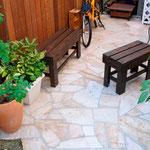 トラッドストーン+(シェルゴールド)。ほっと一息できる空間のあるお庭。