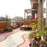 トラッドストーン+(ジュライエロー)と明るい砂利のお庭。楽しいパーティができそうです。