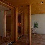 明科光の家(安曇野市)-寝室に面したインナーデッキ