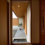島内の家(松本市)-玄関ホール~中庭
