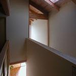 梓川の家Ⅰ(松本市)-玄関通り土間・階段室