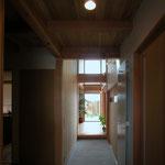 梓川の家Ⅰ(松本市)-玄関通り土間~居間