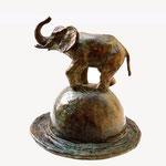 Eléphant sur chapeau, bronze, 24 cms