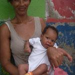 Lilla Josela med sin mamma
