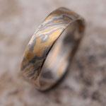 15 Schichten 900er Waschgold, 500er Palladium, 935er Silber - Tordiert, Flächen gemustert, Ring ohne Lotnaht