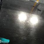 50/50 sur le capot moteur : Partie haute traitée, partie basse brute (rayures, microrayures, taches, poussières de vernis, ...