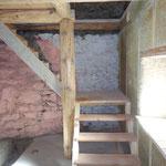 Les marches ont été taillées avec les restes de bardeaux de la toiture.