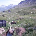 Préparation du trou pour la fosse septique, 3 blocs de 300kg arrachés à la montagne...