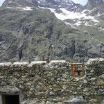 Remise à niveau des murs avec les pierres ramassées en contrebas de l'alpage.