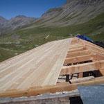 Bardage de toiture en pin crochet: plus clair, plus léger et moins onéreux que le mélèze.