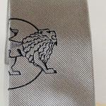 Logo corporativo a media altura de la corbata de seda